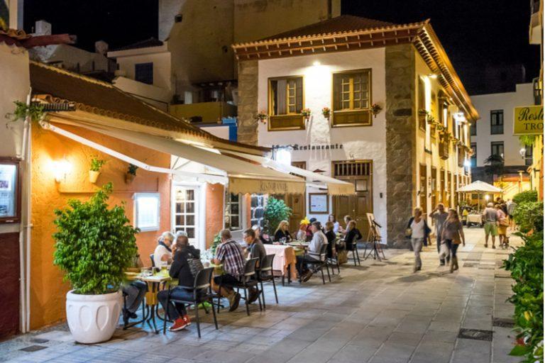 מסעדה ברחוב לה רנילה, מחוז דייגים ישן בעיר התיירות פוארטו דה לה קרוז