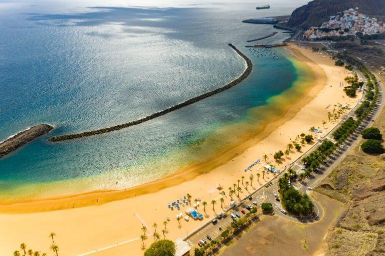 פלאיה דה לאס טריטאס (חוף לאס טריטאס) סנטה קרוז דה טנריף. נוף אווירי מדהים של חוף לאס טריטאס עם חול בצבע זהב.
