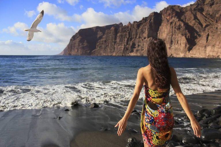 חוף לוס גיגאנטס בטנריף עם חול שחור